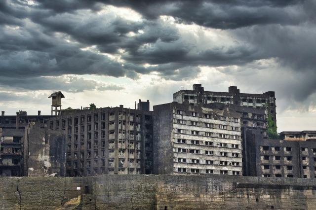 廃墟化した古いマンション群